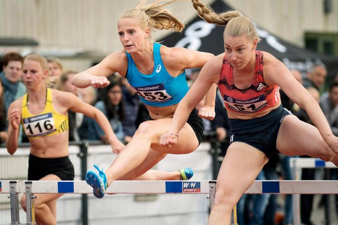Met Eefje Boons (r) en Anouk Vetter was de 100 meter horden sterk bezet in Vught.