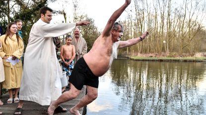 IJsberen verwelkomen nieuwe leden met doop