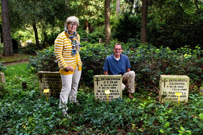 Een deel van zustergraven op begraafplaats Tjoenerhof bij Deventer. Onder andere Lamberthe de Jonge en Arie Koldeweij uit Diepenveen verzetten zich tegen de dreigende ruiming, die zij gezien de betekenis van de nonnen voor het dorp nogal respectloos vonden. De graven zijn nu gered.