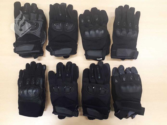 Agenten troffen zondag 3 februari, na een controle van twee supportersbussen van een ijshockeyclub uit Nijmegen, onder andere illegaal vuurwerk en handschoenen met metalen knokkels aan.