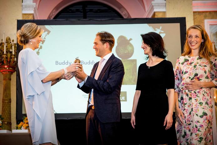 Koningin Maxima reikt de Appeltjes van Oranje uit aan Buddy to Buddy uit Zutphen en Breda op Paleis Noordeinde.