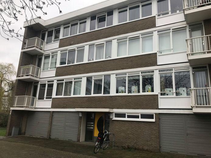 Linksboven de flat aan de Jan Vermeerlaan in Roosendaal, waar zaterdag een overleden man is gevonden. De ramen zijn zwartgeblakerd.