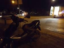Auto en scooter botsen in Enter, gewonde naar ziekenhuis