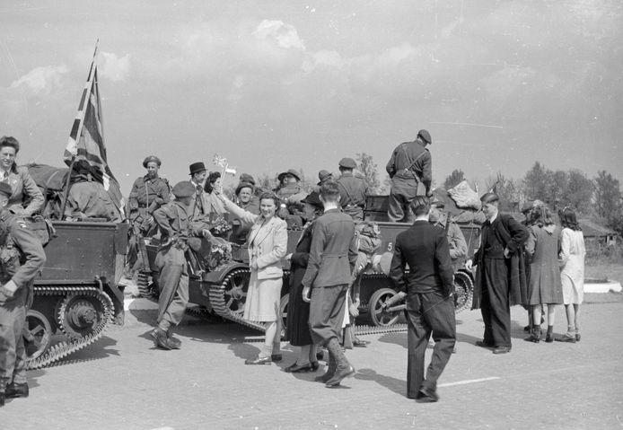 De feestelijke intocht van de geallieerden van het 49th Reconnaissance Regiment (de Polar Bears) ter hoogte van de Berekuil op 7 mei 1945.
