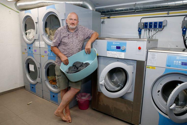 De blootvoetse graaf Laurent d'Ursel in het wassalon waar de daklozen hun kleren kunnen laten wassen.