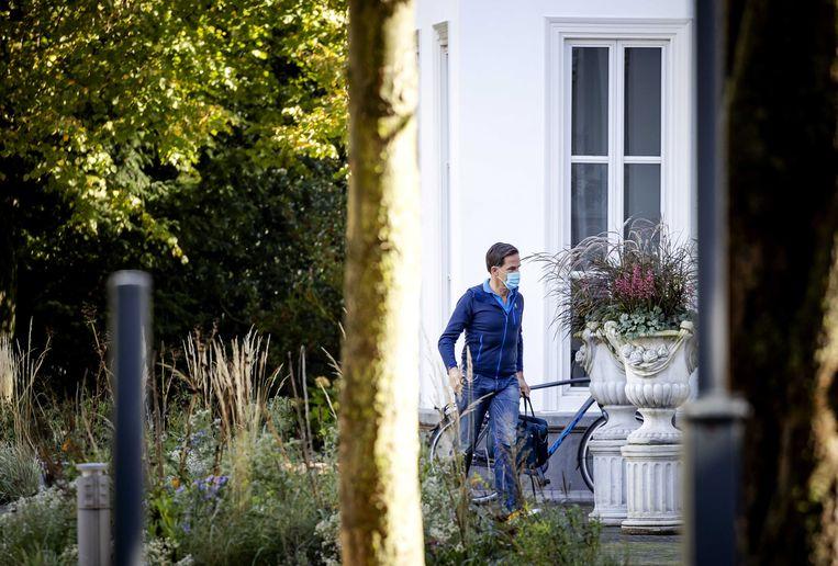 Premier Mark Rutte arriveert bij het Catshuis voor een informeel overleg over het coronavirus. Het zondagse overleg wordt weer opgepikt, nu het aantal besmettingen is gestegen.  Beeld ANP