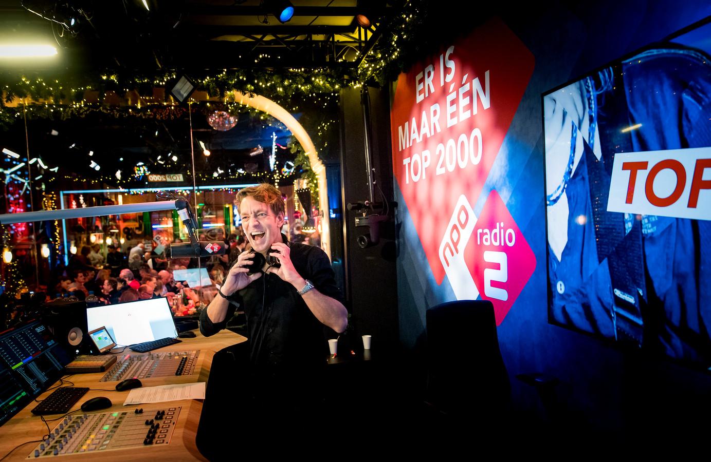 Jan-Willem Roodbeen in een vol Top 2000 Café.