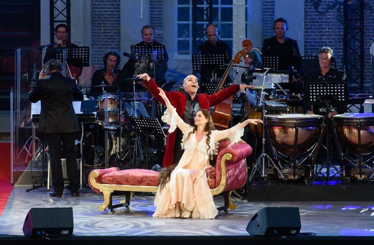Duet tussen Elisabeth (Pia Douwes) en De Dood (Stanley Burleson) in 'Elisabeth in Concert' Beeld Roy Beusker