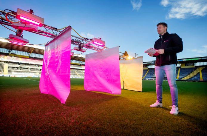 Wouter Staats van Oreon voert een proef uit met ledverlichting op de grasmat in het NAC-stadion om het gras sneller te laten groeien.
