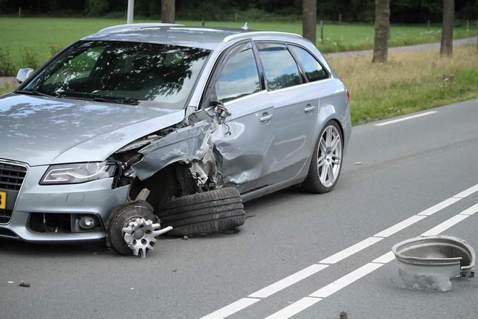 Een auto is een wiel verloren na het ongeluk in Twello.