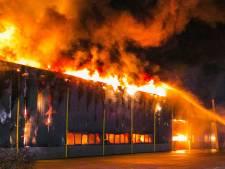 Grote brand verwoest bedrijfspand in Aalten: bekijk hier de beelden