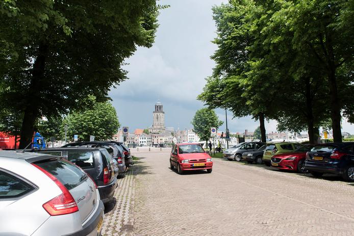 Parkeren op de Worp kan al in de laan naar de IJssel en het IJsselhotel. De gemeente wil in weiland rechts een permanent parkeerterrein aanleggen voor ruim 200 auto's.