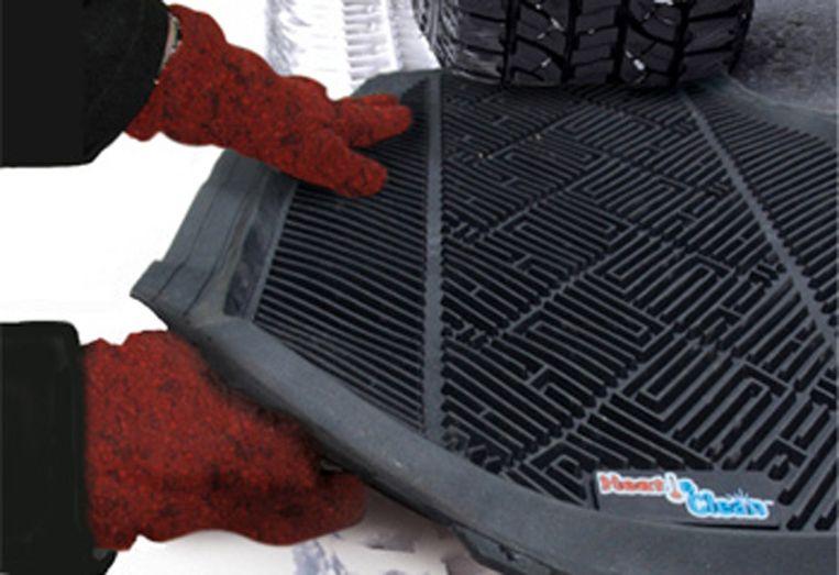 Leg de vloermat uit de wagen onder de wielen om weer grip te krijgen.