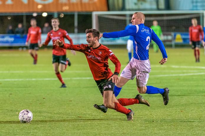RKHVV-speler Koen Jeurissen haalt de doorgebroken Luke Roelofs van SC Bemmel neer. Archieffoto