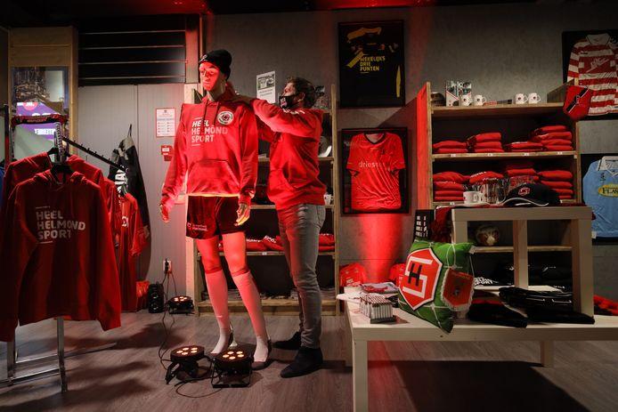 'Wekelijks drie punten' duidt een t-shirt in de pop-up winkel van Helmond Sport in de Elzas Passage op een andere toekomstwens van de fans.