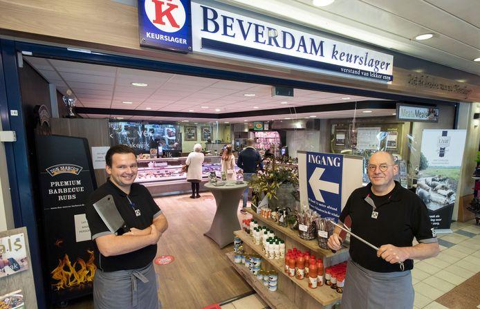 Keurslager Beverdam is gevestigd in het winkelcentrum Hogewal. Vader Aleid (r) en zoon Arend Jan delen, met andere familieleden, de passie van het vak.
