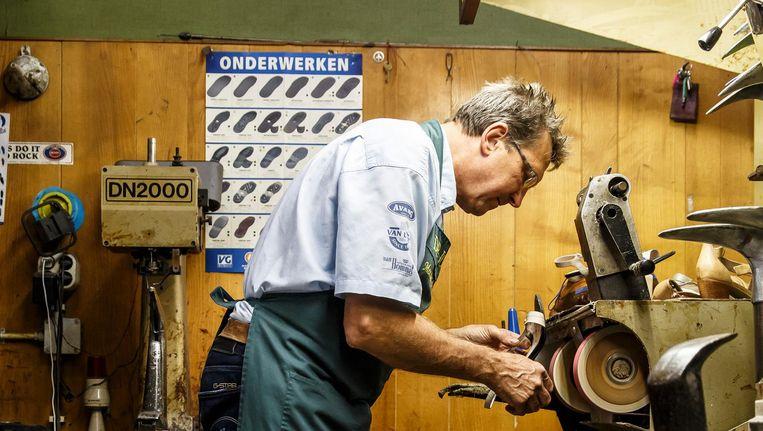Meester-schoenmaker Ton de Jong Beeld Carly Wollaert