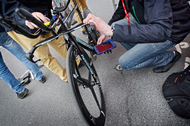 Ook tijdens de proloog van Parijs-Nice werden de fietsen getest op het elektronische hulpmiddel