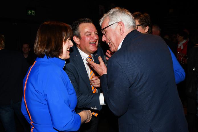 Verkiezingsuitslag Hilvarenbeek. De grootste winaars vieren hun feestje. Vlnr. Gon Boers (HOI Werkt) Wil Vennix (VVD) en Jan van de Wiel (CDA)