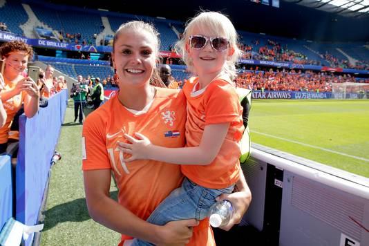 Lente kreeg waar ze op hoopte: een hele dikke knuffel van sterspeelster Lieke Martens van de Oranje Leeuwinnen.