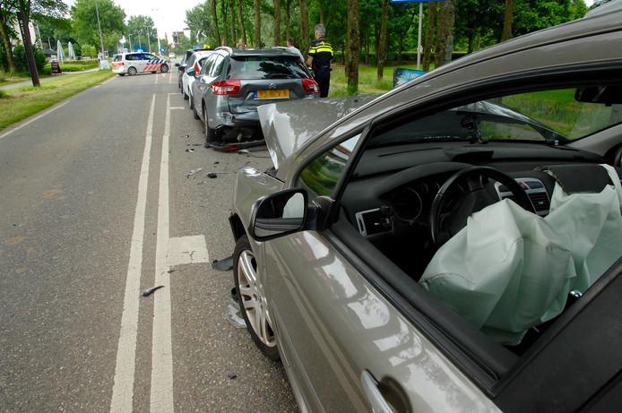 Vooral de achterste twee auto's raakten flink beschadigd bij het ongeluk op de Rijksweg Noord bij Arnhem.