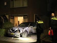 Buurman in De Meern probeert met tuinslang autobrand te blussen