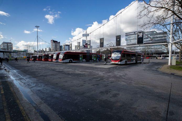 Een leeg busstation Neckerspoel in Eindhoven.