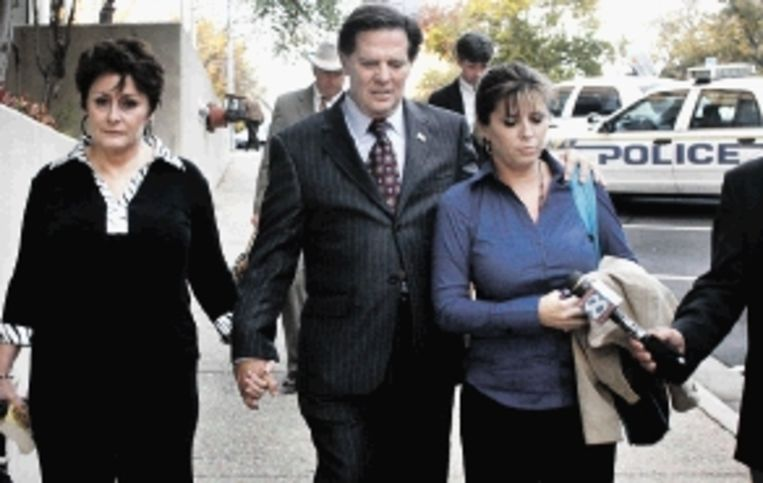 Tom Delay met vrouw en dochter na de uitspraak van de jury. (FOTO AP) Beeld AP