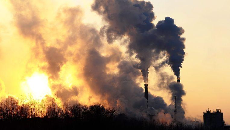 Rook stijgt op uit de schoorstenen van een fabriek in noordoosten van China. Beeld EPA