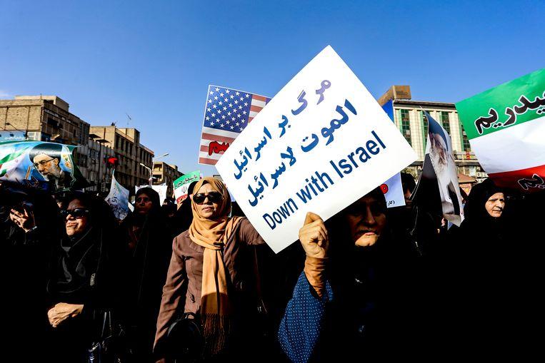 Deze Iraanse vrouwen steunen hun regering tijdens een betoging in Ahvaz.