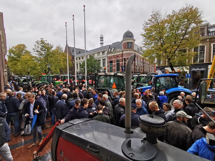 Boeren verzamelden zich eerder deze week al in het centrum van Leeuwarden om te protesteren. Met trekkers werd toen de ingang van het Provinciehuis geblokkeerd. LTO Noord roept leden op om komende maandag om 12.00 uur bij andere Provinciehuizen actie te komen voeren, onder andere in Zwolle.