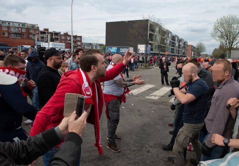 De agenten in burger vangen de hevigste supporters op.