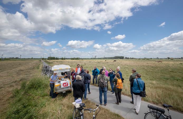 De jury van de Entente Florale verkent deze zomer hoe groen Wageningen is en krijgt in het Binnenveld een ijsje van Wageningse vlierbessen.
