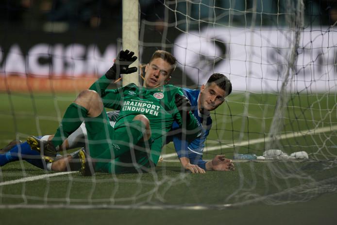 Ruben Rodrigues viel nadat hij de 2-1 had binnengekopt ook zelf over de doellijn.