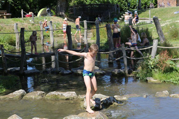 In De Beemden in Landen is het leuk spelen in het water.