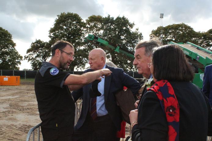 De Almelose projectleider Coen Cornelissen (links) van ECG Air Branch geeft toelichting aan nabestaanden van bemanningsleden bij de berging van een Britse bommenwerper in de Limburgse gemeente Echt-Susteren.