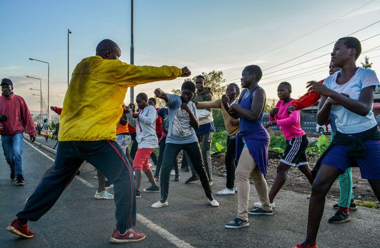 Atleten tijdens een oefening nabij de flyover van de snelweg in Kondele, in westelijk Kenia. Beeld REUTERS