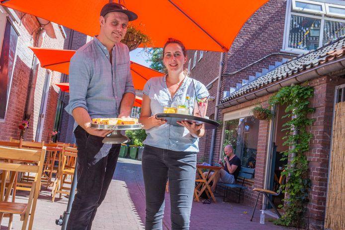 Lisette Biere en Barend Mechielsen bij hun Caffè Tola.