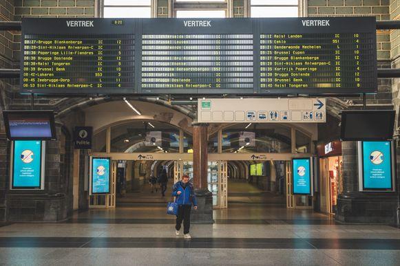 Vanaf vandaag patrouilleren Rode Kruismedewerkers in het station van Gent Sint-Pieters.