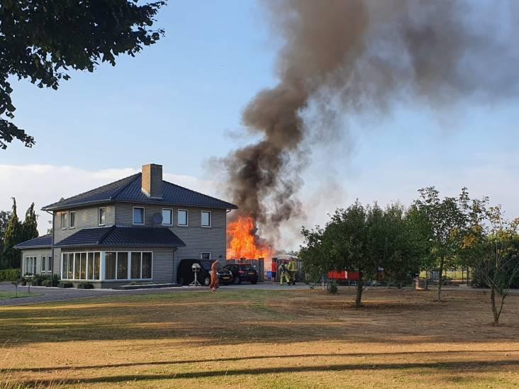 Schuur brandt vlakbij huis in Hoogeloon volledig uit, brandweer voorkomt dat vuur overslaat