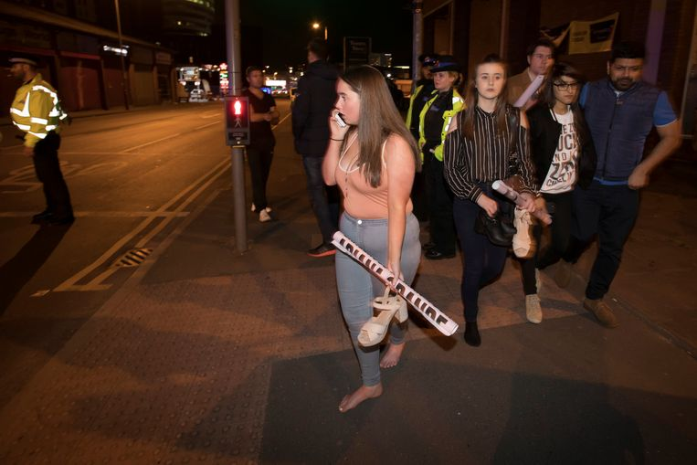 Concertgangers lopen verdwaasd het stadion uit. Beeld reuters