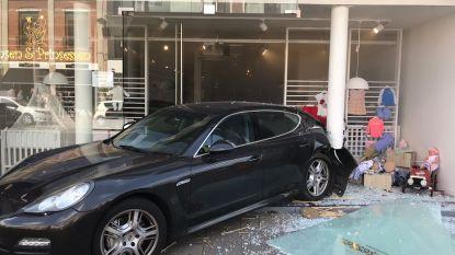 Enorme ravage: Porsche rijdt vitrine babyspeciaalzaak aan diggelen