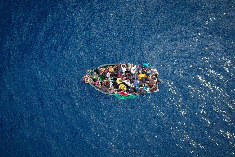 Een boot vol vluchtelingen in de Straat van Gibraltar, 2018. Beeld Marcos Moreno / AFP
