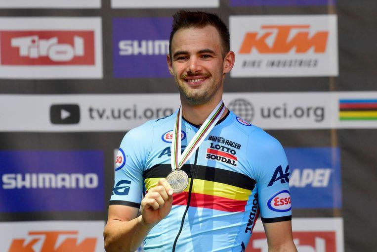 Victor Campenaerts met zijn bronzen medaille.