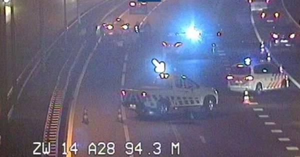 Ambulancechauffeur Berry veroorzaakt onbedoeld kettingbotsing A28 door lekke band.