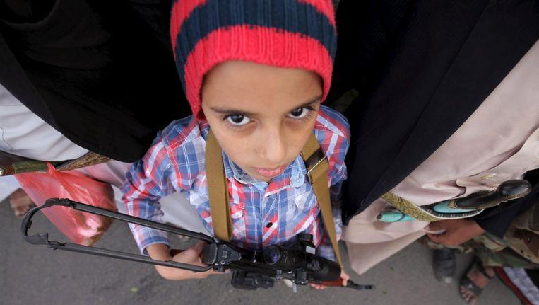 Een jonge volgeling van de Houthi-rebellen in Sanaa, de hoofdstad van Jemen, 10 april. Beeld null