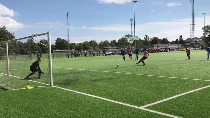 Ibrahim Eryürük scoort uit een penalty voor Vlissingen tegen GVVV.
