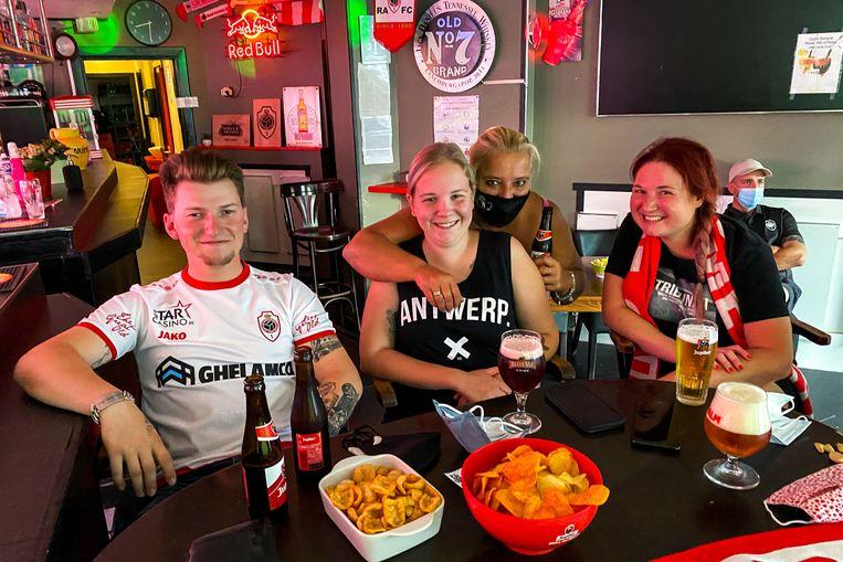 Cafébazin Cella (tweede van rechts) had voor hapjes gezorgd. Het plan: Club Brugge oppeuzelen.