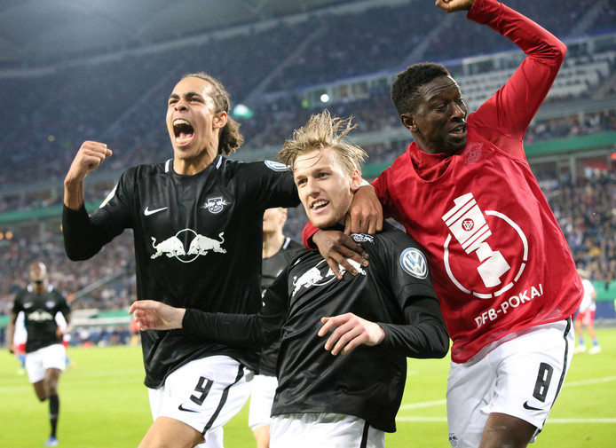 Yussuf Poulsen (l) en  Emil Forsberg (m) en Amadou Haidara (r) vieren de 1-3 in Hamburg.