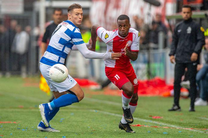 Marlon Versteeg namens Spakenburg in duel met tegen Robbert Olijfveld van IJsselmeervogels.
